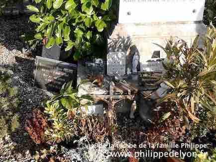 vue de devant la tombe famille Philippe